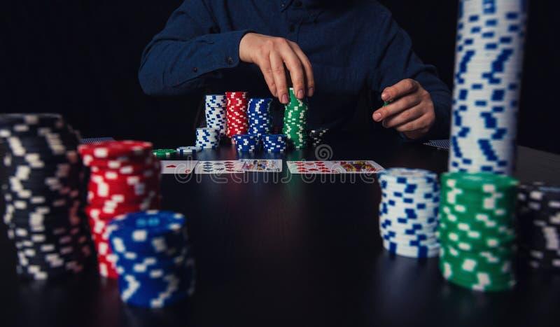 Joueur de poker réussi d'homme comptant l'argent et pariant des puces photos stock