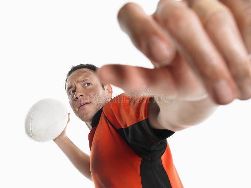 Joueur de rugby disposant à passer la boule photo stock