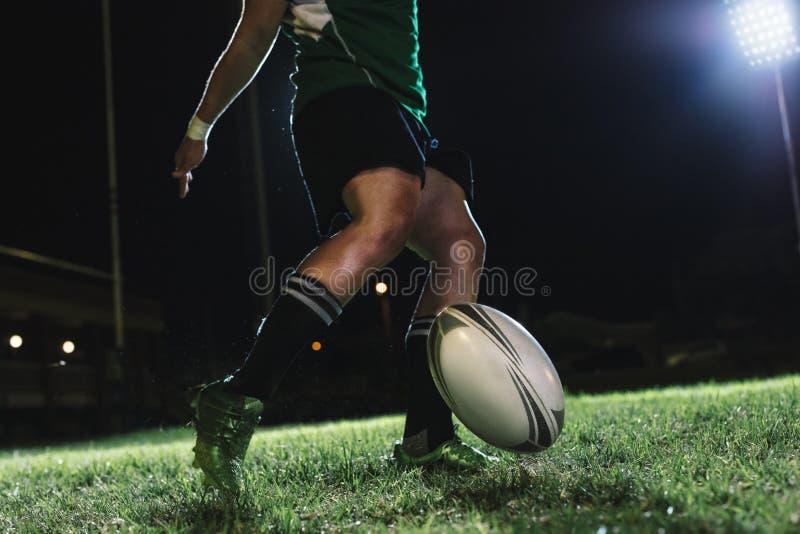 Joueur de rugby faisant un but laiss? tomber photo libre de droits