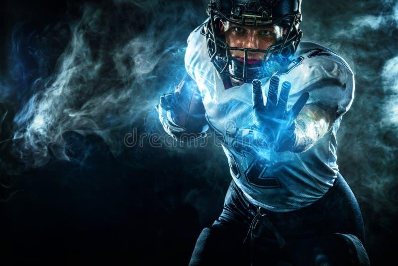 Joueur de sportif de football am?ricain dans le casque sur le stade Papier peint de sport images libres de droits