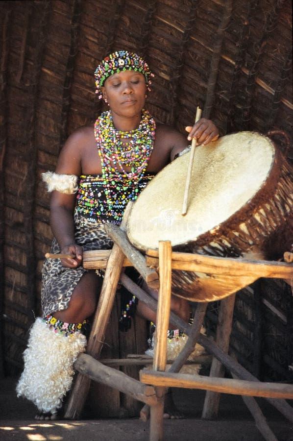 Joueur de tambour de zoulou photographie stock libre de droits