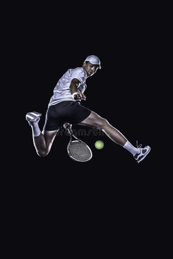 Joueur de tennis atteignant pour la boule dure d'isolement photos stock
