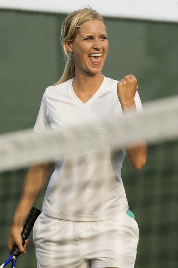 Joueur de tennis féminin enthousiaste image stock