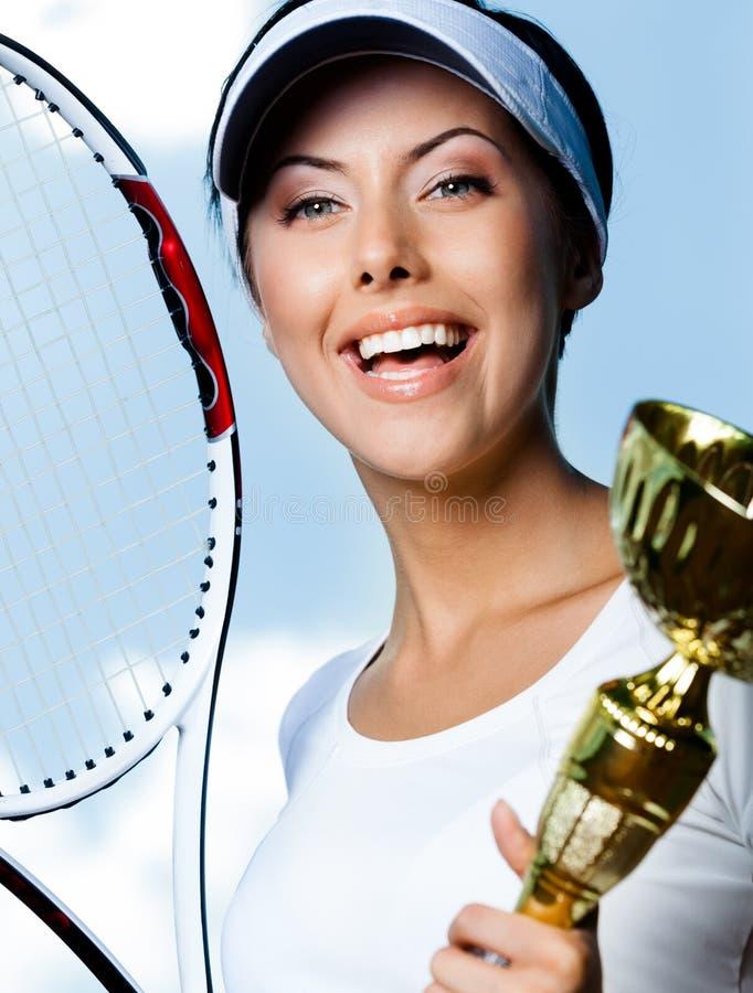 Joueur de tennis féminin professionnel contre le ciel photographie stock libre de droits