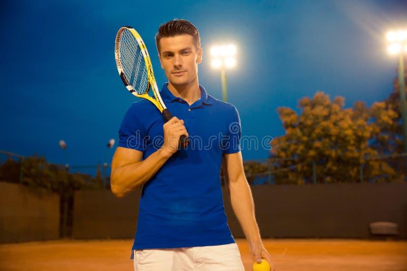 Joueur de tennis masculin se tenant avec la raquette photographie stock