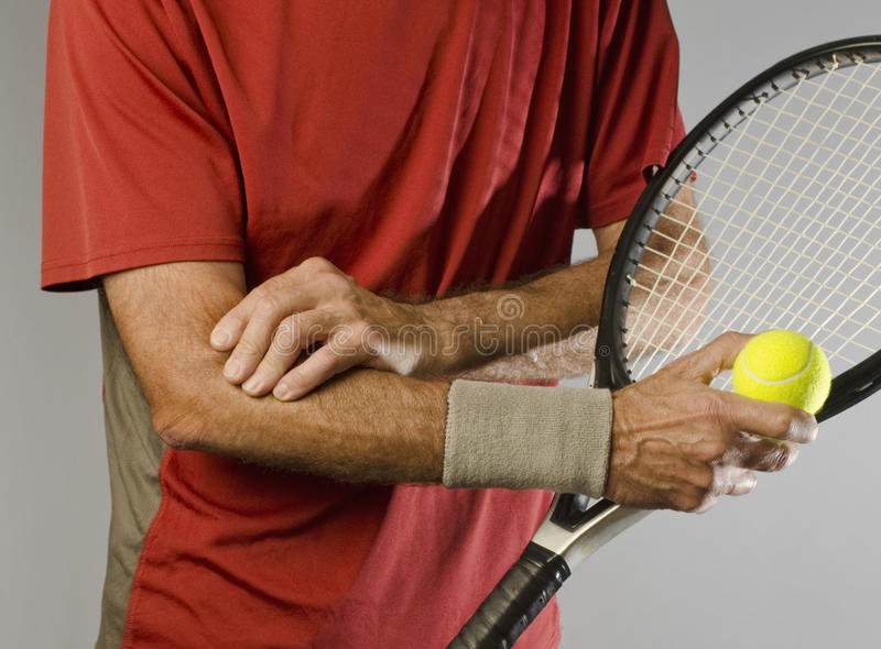 Joueur de tennis massant le coude photo stock