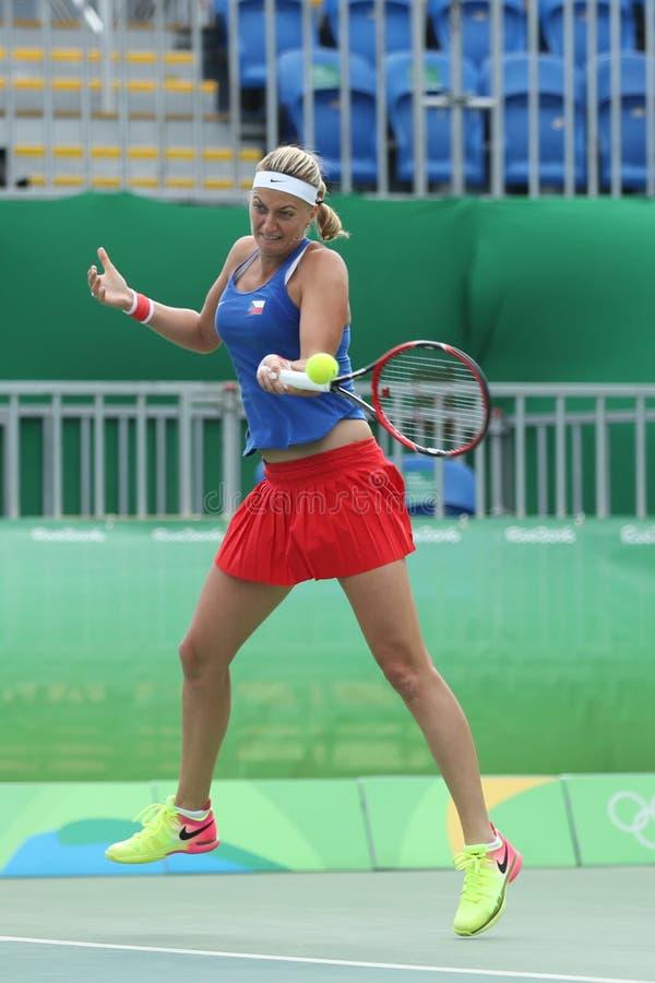 Joueur de tennis professionnel Petra Kvitova de République Tchèque dans l'action pendant son match de quart de finale de Rio 2016 images stock