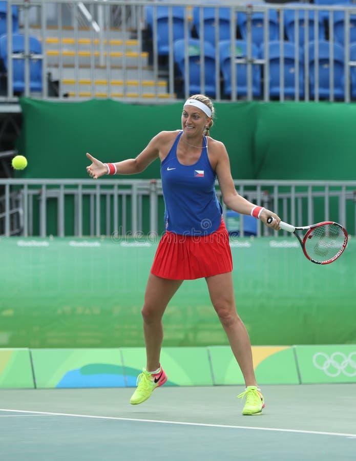 Joueur de tennis professionnel Petra Kvitova de République Tchèque dans l'action pendant son match de quart de finale de Rio 2016 image libre de droits