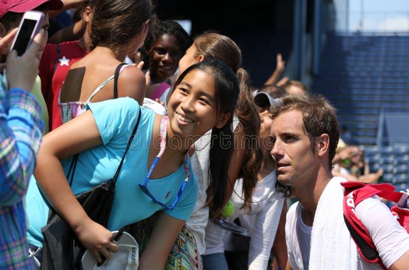Joueur de tennis professionnel Richard Gasquet des Frances prenant la photo avec la fan après la pratique pour l'US Open 2013 photographie stock libre de droits