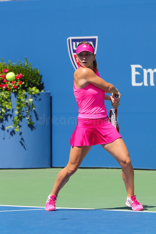 Joueur de tennis professionnel Simona Halep pendant le premier match de rond à l'US Open 2014 images stock
