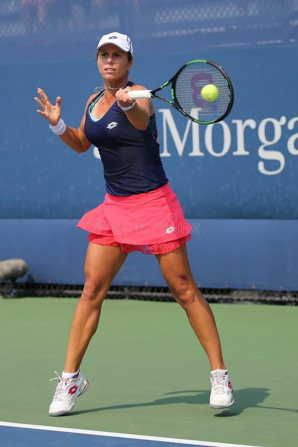 Joueur de tennis professionnel Varvara Lepchenko des Etats-Unis dans l'action pendant le deuxième match de rond à l'US Open 2015 image libre de droits