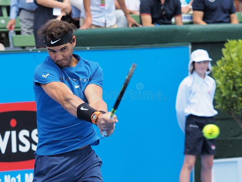 Joueur de tennis Rafael Nadal se préparant à l'open d'Australie au tournoi classique d'exposition de Kooyong photos stock