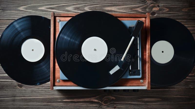 Joueur de vinyle avec des plats sur une table en bois Divertissement 70s Écoutez la musique images libres de droits