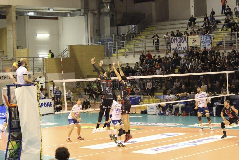 Joueur de volleyball Osmany Juantorena tout en exécutant un bloc spectaculaire photographie stock