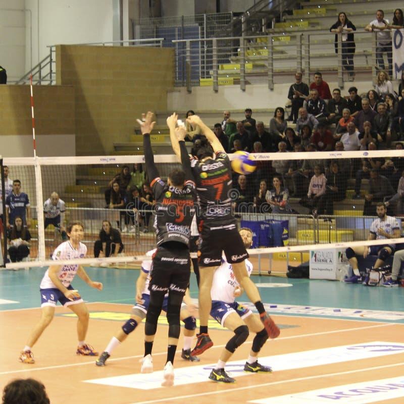 Joueur de volleyball Osmany Juantorena tout en exécutant un bloc spectaculaire photos libres de droits