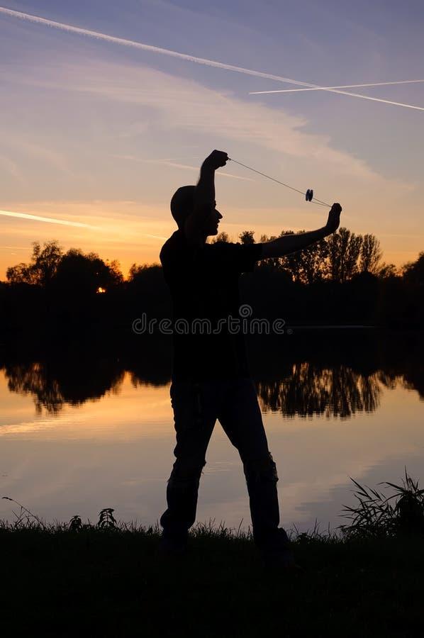 Joueur de yo-yo par le lac