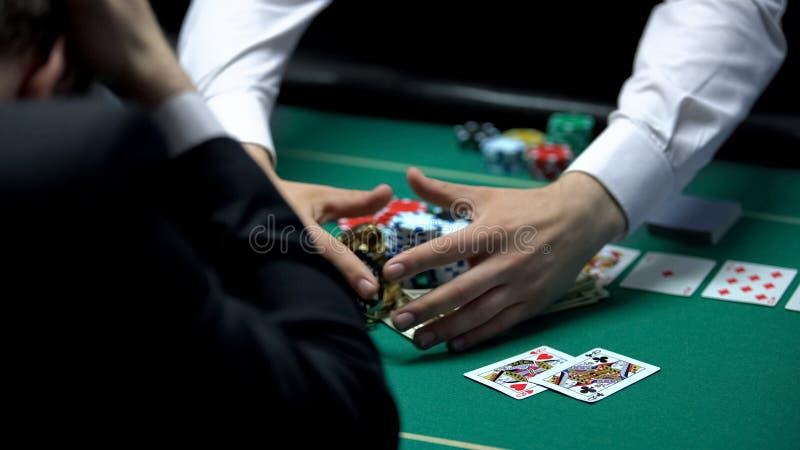 Joueur fâcheux de casino perdant tout l'argent, allant dépendance faillite et jouante image libre de droits