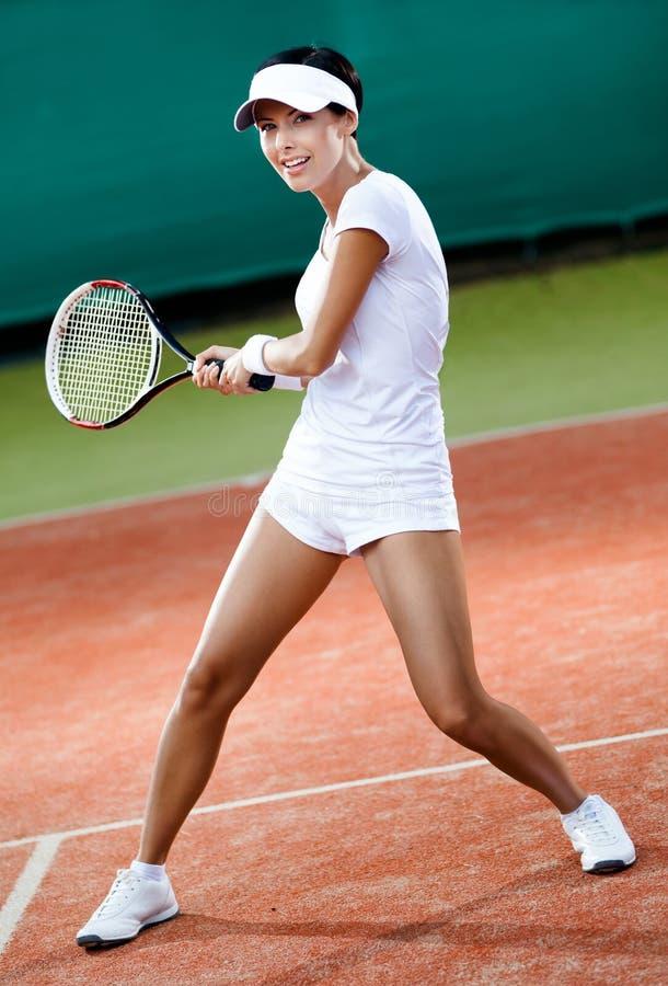 Joueur féminin au court de tennis d'argile photos stock