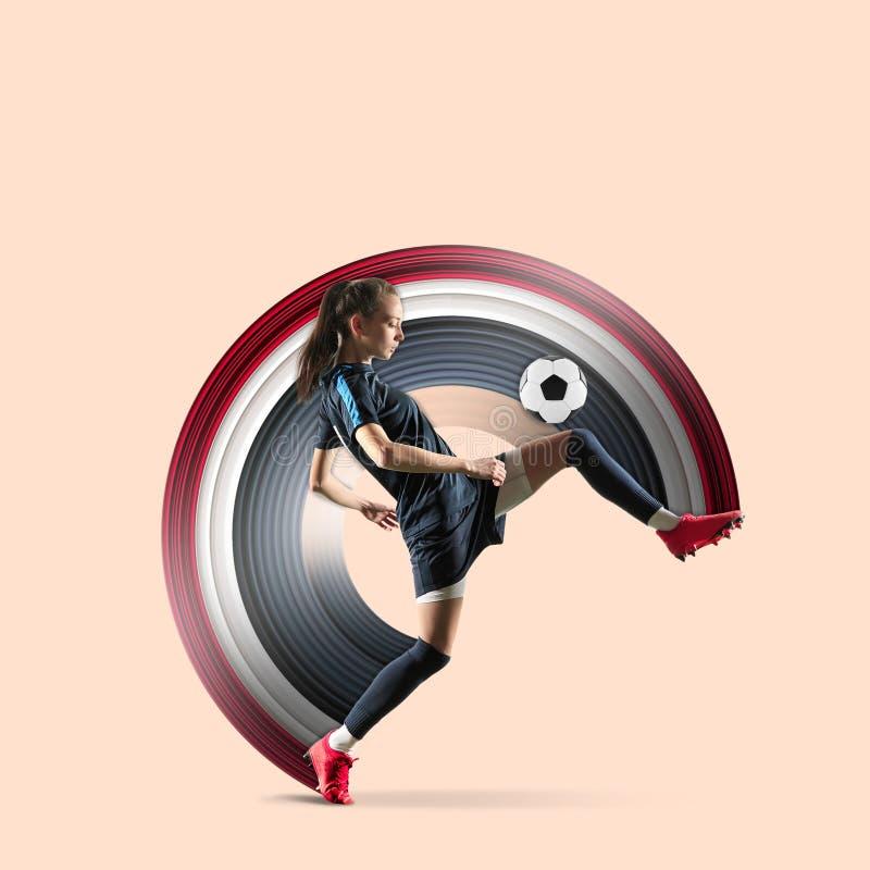Joueur féminin de football ou de football donnant un coup de pied la boule illustration stock