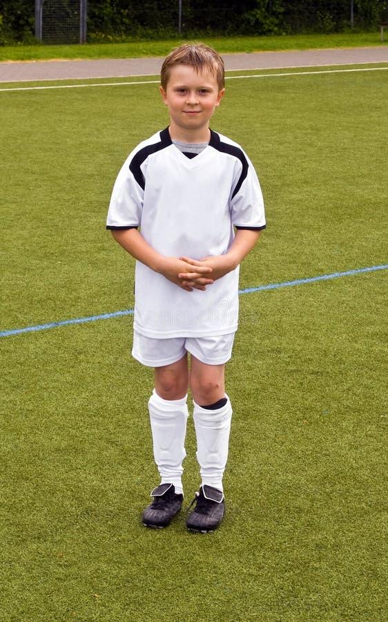 Joueur fier pour une jeune équipe de football de la jeunesse photo libre de droits