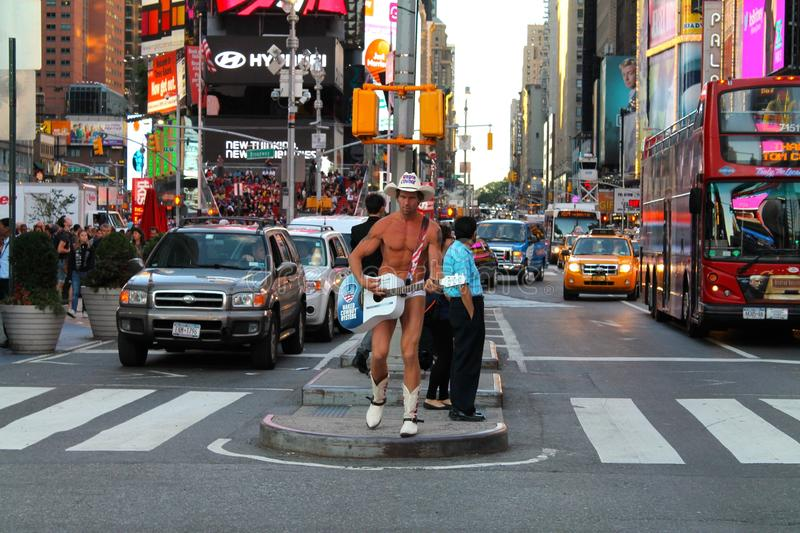 Joueur nu de Guitar de cowboy dans la rue de Manhattan, place de temps, New York City, Etats-Unis photo stock
