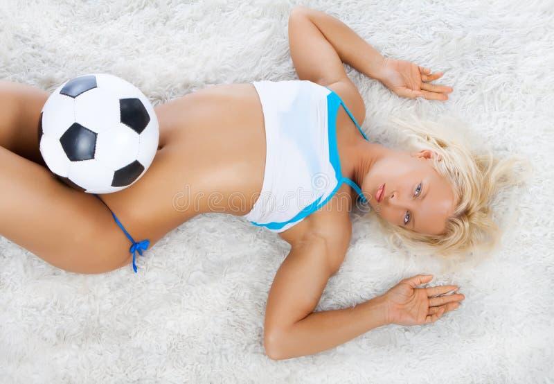 Joueur sexy se trouvant sur le tapis images stock