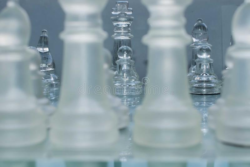 Joueurs d'échecs de verre, jouant aux échecs photos stock