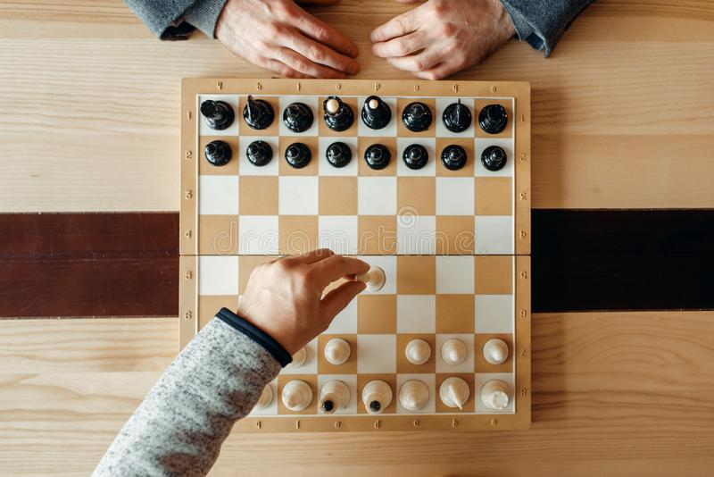 Joueurs d'échecs masculins, mouvement de la vue blanche et supérieure photographie stock