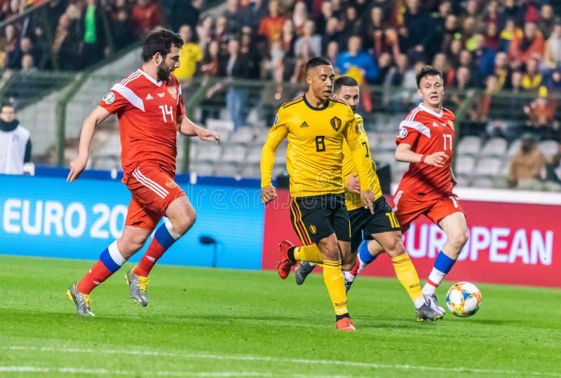 Joueurs d'équipe de football nationaux de la Belgique Youri Thielemans et Eden Hazard contre des joueurs Georgi Dzhikiya et Aleks images stock