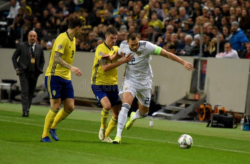 Joueurs d'équipe nationale de la Suède Mikael Lustig et Victor Lindelof contre le gréviste Artem Dzyuba d'équipe nationale de la  image stock