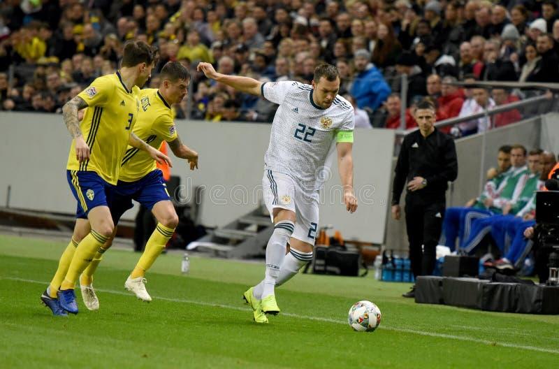 Joueurs d'équipe nationale de la Suède Mikael Lustig et Victor Lindelof contre le gréviste Artem Dzyuba d'équipe nationale de la  images libres de droits