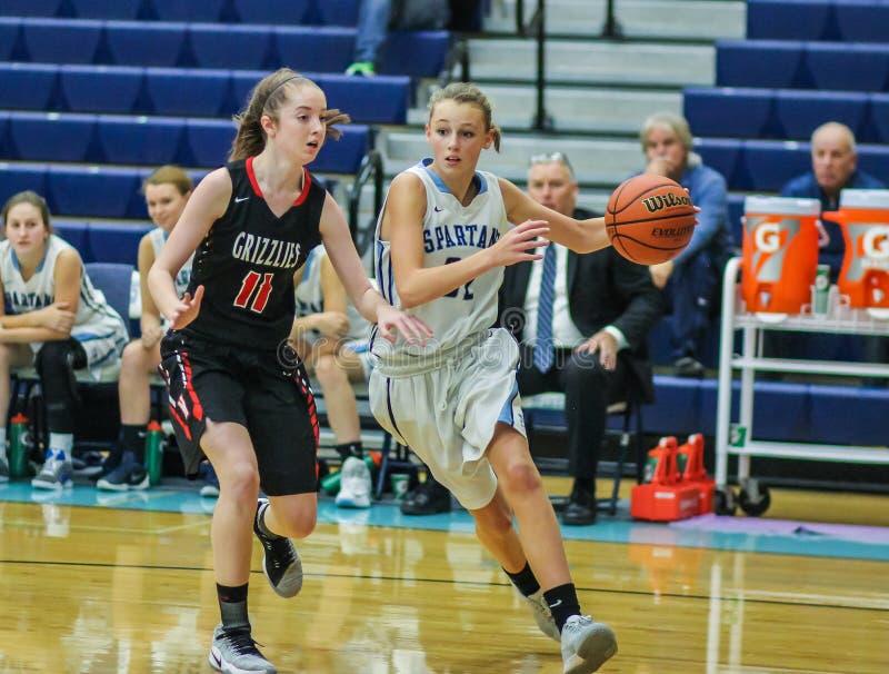 Joueurs de basket de filles de lycée dans l'action photo libre de droits