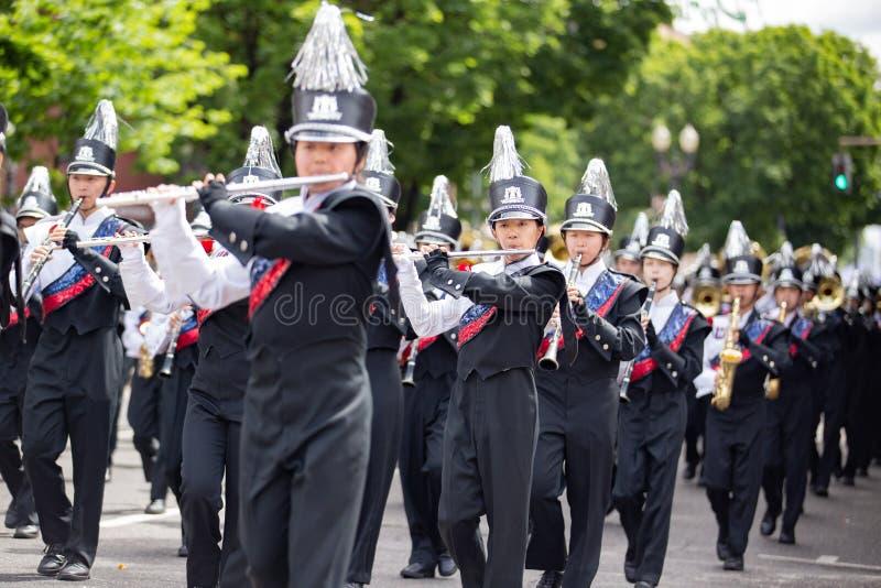 Joueurs de cannelure au défilé floral grand photographie stock libre de droits