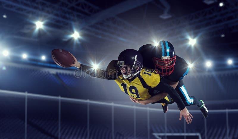 Joueurs de football américain à l'arène Media mélangé image stock