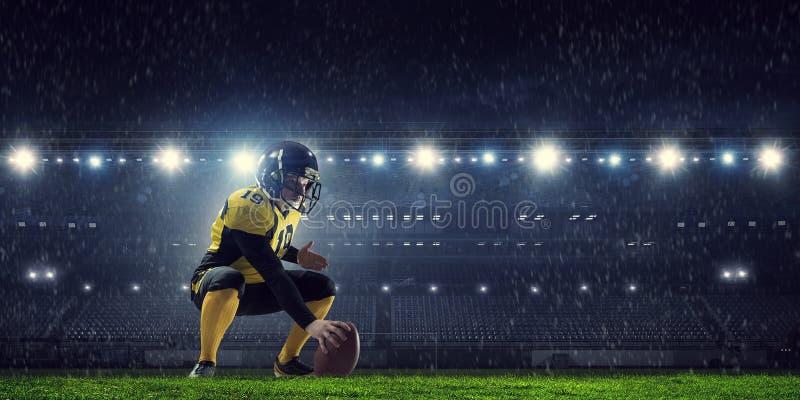 Joueurs de football américain à l'arène Media mélangé images stock