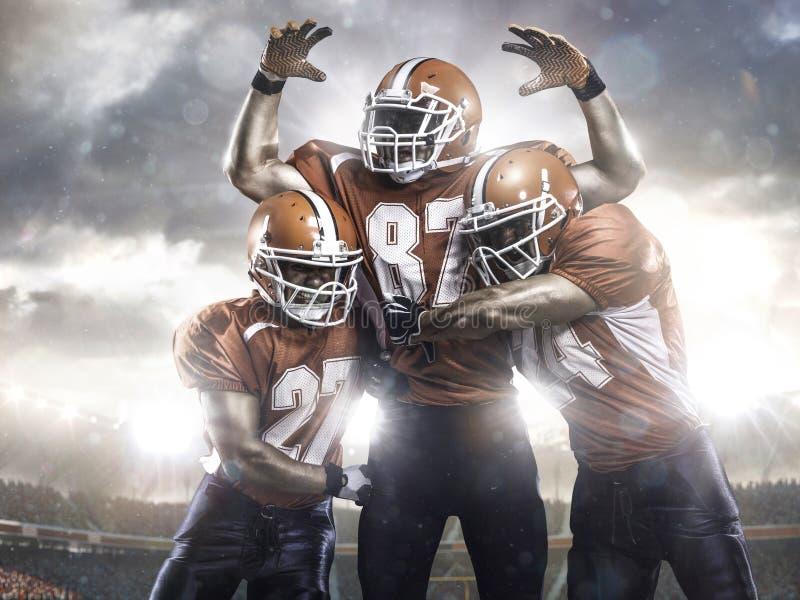 Joueurs de football américain dans l'action sur le stade photo libre de droits