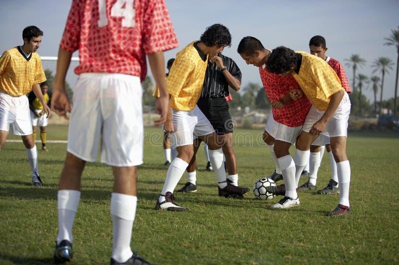 Joueurs de football autour de bille photos libres de droits