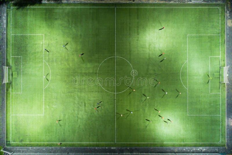 Joueurs de football courant autour du stade photographie stock libre de droits