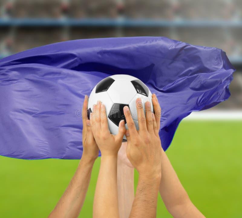 joueurs de football tenant un ballon de football photographie stock