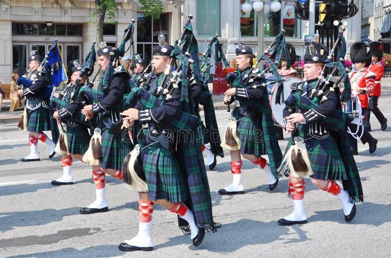 Joueurs de pipeau dans le changement du dispositif protecteur, Ottawa photographie stock libre de droits