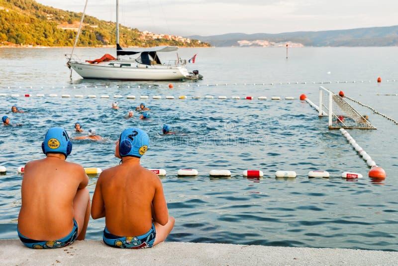 Joueurs de polo d'eau ayant la coupure dans Omis photo libre de droits