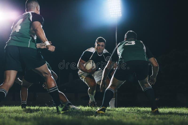 Joueurs de rugby abordant pendant le jeu photographie stock