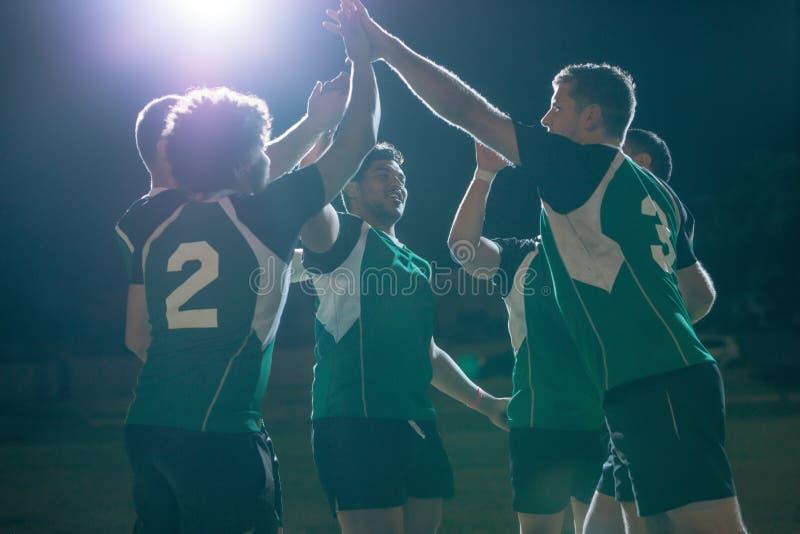 Joueurs de rugby c?l?brant la victoire de championnat photo stock