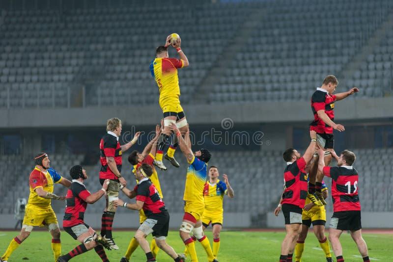 Joueurs de rugby dans l'action photos stock