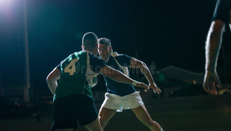 Joueurs de rugby dans l'action pendant le jeu photos stock