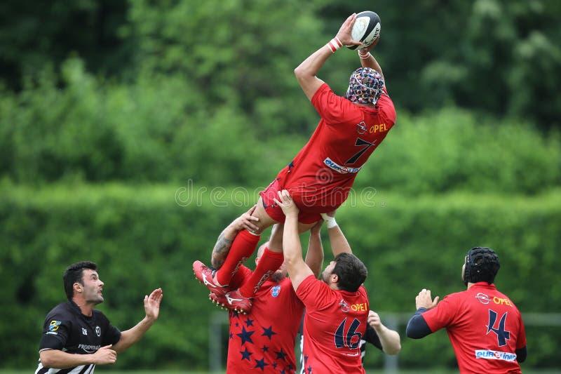 Joueurs de rugby luttant pour la boule photographie stock libre de droits