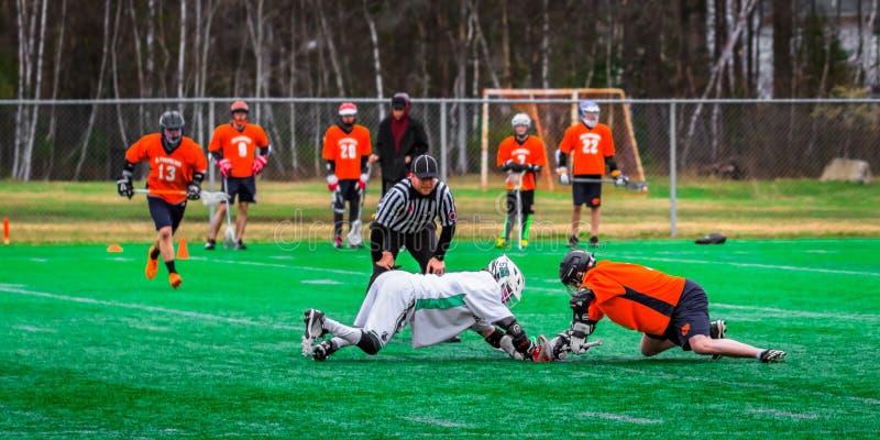 Joueurs de sport de lacrosse dans le domaine images stock