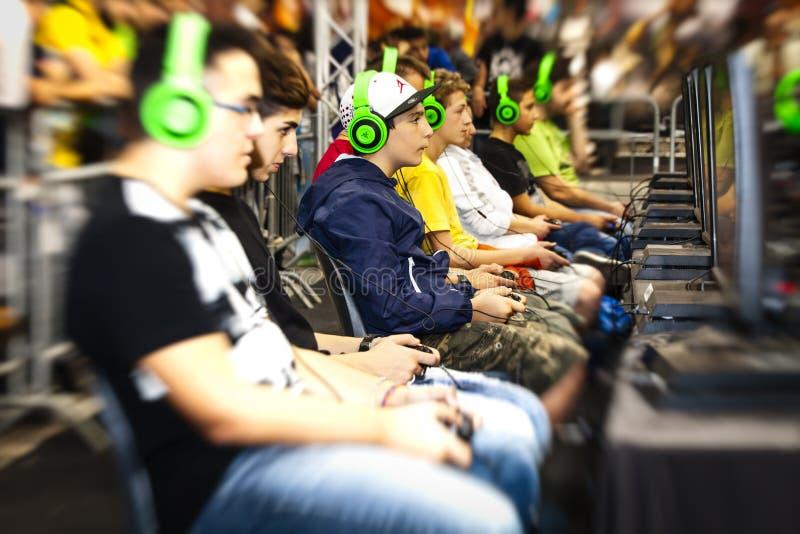 Joueurs de tournoi de garçons et consoles de jeu photos libres de droits