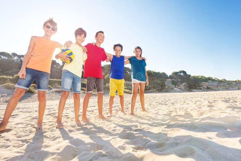 Joueurs de volleyball heureux étreignant sur la cour de sable image libre de droits