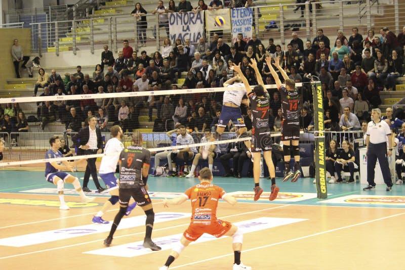 Joueurs de volleyball tout en exécutant un bloc spectaculaire photographie stock